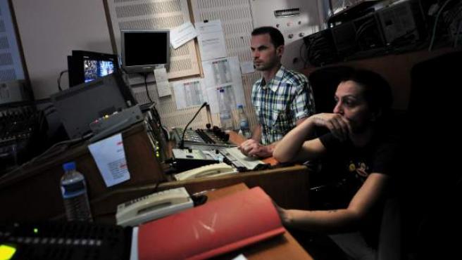 Trabajadores de la radiotelevisión pública griega ERT en la sala de control después de que el Gobierno anunciase su cierre, en Atenas.