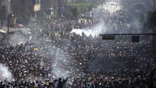 Centenares de simpatizantes de los Hermanos Musulmanes y del depuesto presidente egipcio Mohamed Morsi participan en una manifestación cerca de la plaza Ramsés, en El Cairo (Egipto).