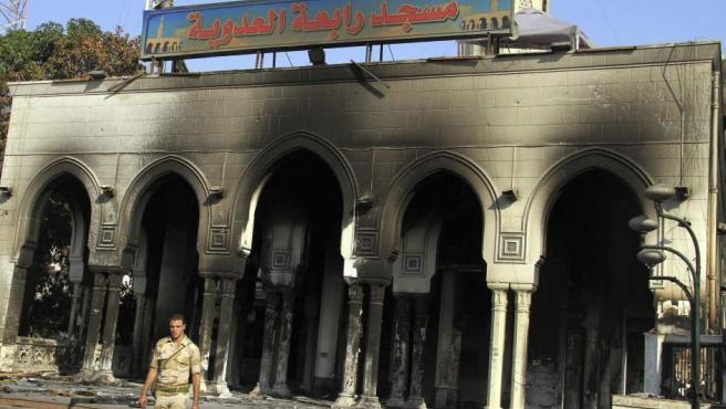 Una soldado pasa junto a una mezquita de El Cairo en el conocido como 'Viernes de la Ira'.