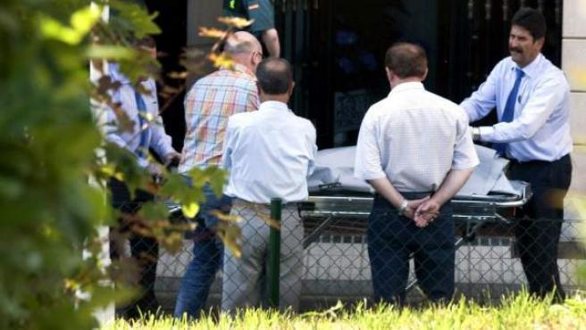 Traslado del cuerpo de la mujer de 83 años a quien su esposo mató asestándole varias puñaladas en el pecho.
