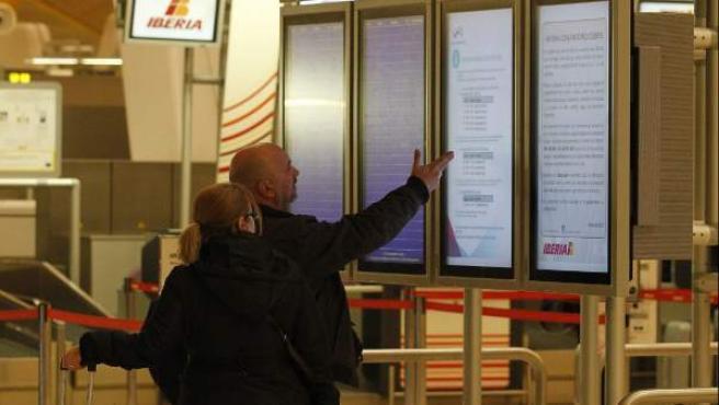 Viajeros afectados por la huelga de Iberia.