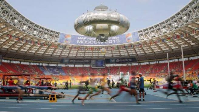 Panorámica del estadio Luzhniki de Moscú durante una de las clasificatorias de los 800 metros masculinos.