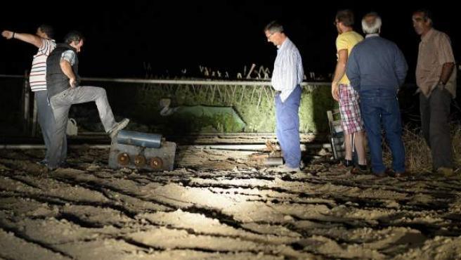Un grupo de personas observa los daños causados en un transformador del que los ladrones han extraído el cobre, durante una de las patrullas que varios agricultores vallisoletanos están llevando a cabo de noche en Serrada.