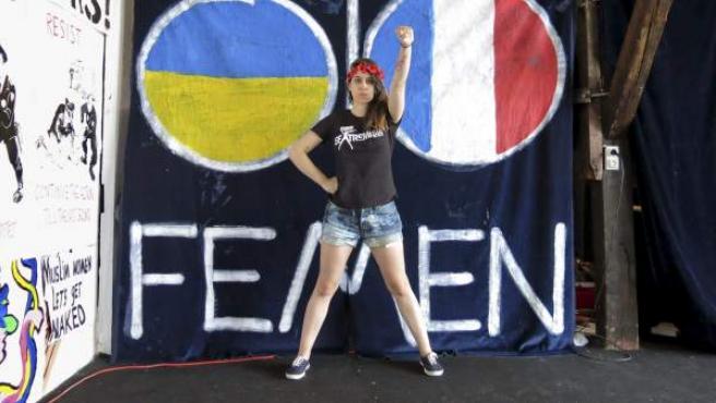 La líder de Femen en España, Lara Alcázar, posa luciendo la corona de flores que utiliza como símbolo el movimiento sextremista, en la sede de la organización en París.