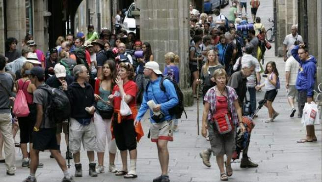 Numerosos peregrinos que han culminado las diferentes rutas del Camino de Santiago, se concentran desde primeras horas ante las Oficinas del Peregrino en Santiago para recoger la Compostela que acredita el haber realizado este Camino.