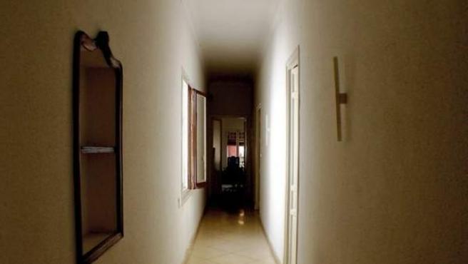 El largo pasillo de una vivienda.