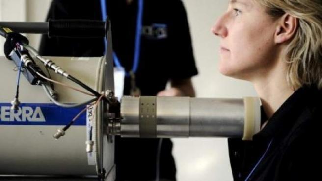 Una mujer se somete a un análisis radiológico de tiroides en el hospital de Bélgica.