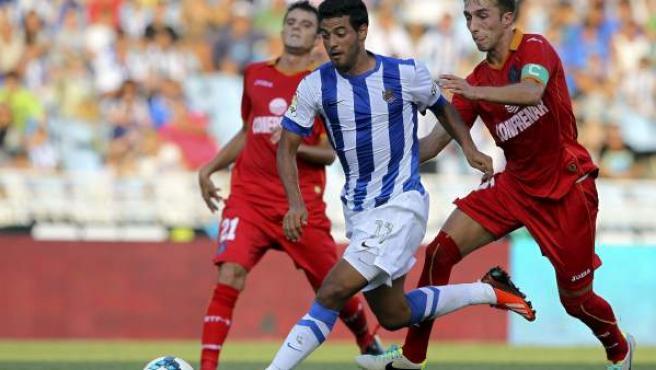 El mexicano de la Real Sociedad Carlos Vela dispara ante la oposición de dos jugadores del Getafe.