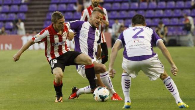 Iker Muniain, del Athletic de Bilbao y Patrick Ebert, del Valladolid, pugnan por un balón.