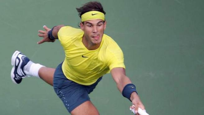 Rafa Nadal devuelve una bola a Tomas Berdych en la semifinal del Masters de Cincinnati.