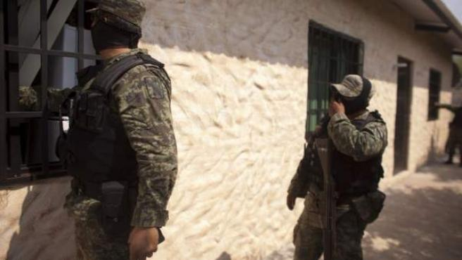 Miembros de las fuerzas de seguridad mexicanas, en un operativo contra los cárteles de la droga en Michoacán, México.