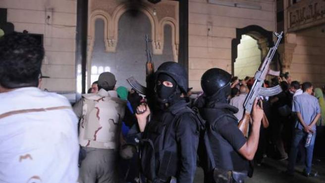 Dos miembros de las fuerzas de seguridad egipcias vigilan la Mezquita de al-Fateh, en la plaza Ramsés de El Cairo, Egipto.