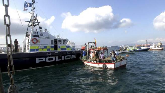 Los pescadores han estado rodeados por patrulleras de la Guardia Civil y de la Policía de Gibraltar, que ha impedido a las embarcaciones ubicarse justo encima de la zona en la que se lanzaron los bloques de hormigón el pasado 24 de julio.