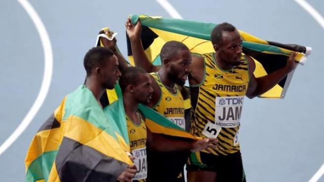 Usain Bolt y sus compañeros del relevo 4x100 celebran la medalla de oro en el Mundial.