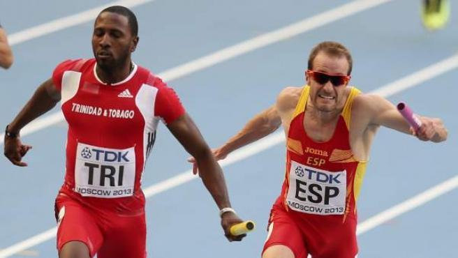 Ángel David Rodríguez (derecha), en la semifinal de los relevos 4x100 en los Mundiales de Atletismo.