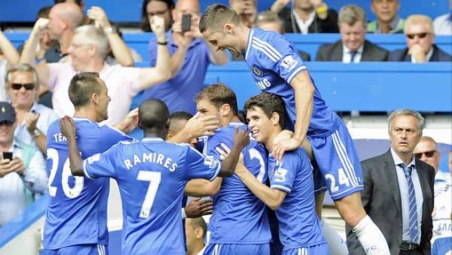 Jugadores del Chelsea celebran el segundo gol del equipo londinense ante el Hull City, bajo la atenta mirada de José Mourinho.