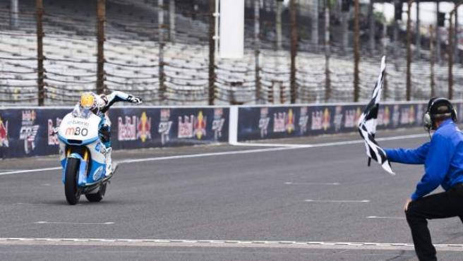 Esteve Rabat, al cruzar la meta de la carrera de Moto2 en el GP de Indianápolis.