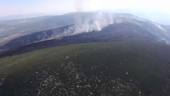 Incendio provocado por un rayo en Navalonguilla (Ávila)