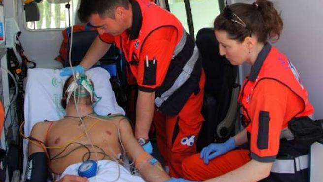 Un Equipo De Emergencia Del 061 Atendiendo A Un Paciente