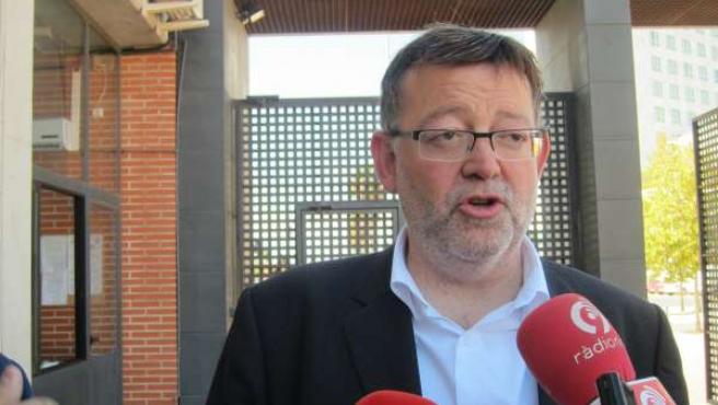 Ximo Puig atendiendo a los periodistas (imagen de archivo)