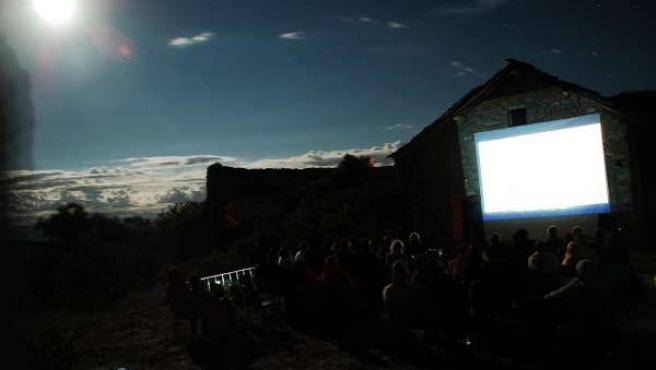 Proyección al aire libre del Festival de Cine de Ascaso