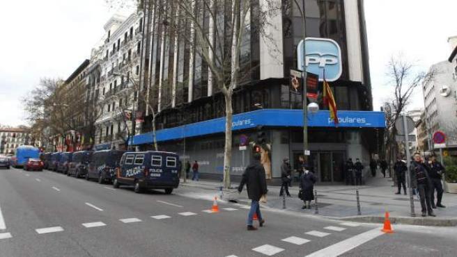 Cordón de policía frente a la sede del PP en Madrid, situada en la calle Génova.