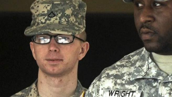 Fotografía fechada el 22 de diciembre de 2011 que muestra al soldado Bradley Manning (i) a su salida de un tribunal militar en Fort Mead, a 43 kilómetros al nordeste de Washington.