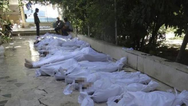 Fotografía que muestra los cuerpos sin vida de varios sirios tras un supuesto ataque con gases tóxicos perpetrado por las fuerzas de seguridad en Arbeen, a las afueras de Damasco (Siria).