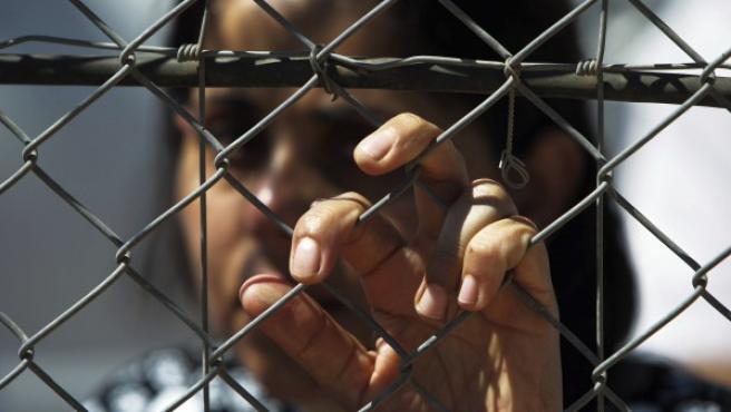 Un mujer observa cómo sus familiares cruzan a Siria por la frontera de Quneitra (Israel).