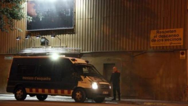 Una furgoneta de los Mossos d'Esquadra patrulla en la entrada de una discoteca, en una imagen de archivo.
