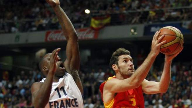 Rudy Fernández penetra a canasta ante la oposición de Florient Pietrus, en el España-Francia preparatorio para el Eurobasket 2013 y que significó el primer test serio superado por los de Orenga.