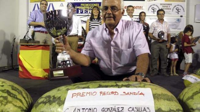 El agricultor Antonio González Casillas bate un récord con una sandía de 88,5 kilos en las fiestas de Villanueva de la Serena, Badajoz.
