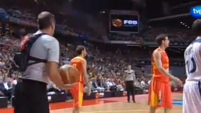 Uno de los árbitros del España-Francia, con una mochila con cámara incorporada.