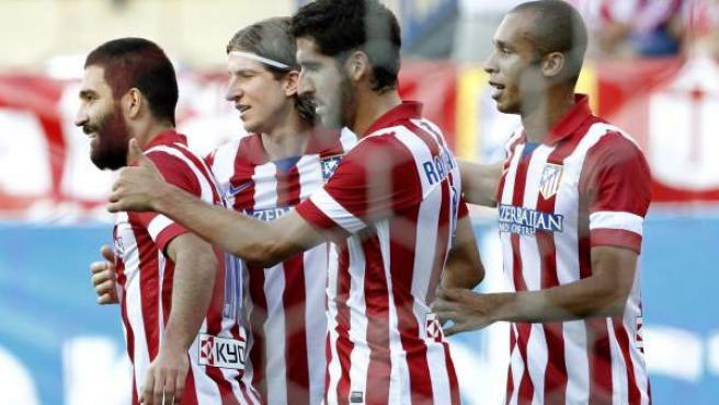 Arda Turan, Filipe Luis, Raúl García y Miranda celebran un gol del Atlético de Madrid.