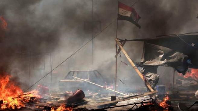Vista de las llamas y el humo que cubren la zona durante una operación llevada a cabo por la policía para desmantelar una de las dos acampadas de los simpatizantes del depuesto presidente Mohamed Mursi, cerca de la mezquita de Rabea al Adauiya, en El Cairo.