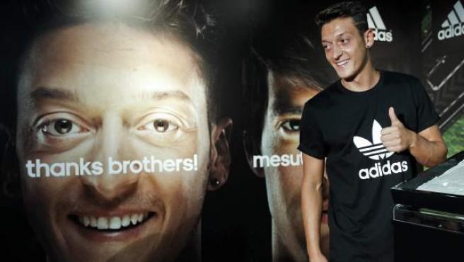 Mesut Özil, internacional alemán del Real Madrid, durante su presentación como nuevo jugador de la marca Adidas en la tienda oficial del estadio Santiago Bernabéu.