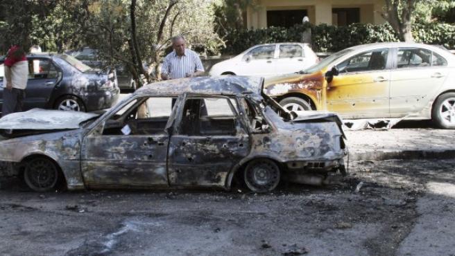 Un coche calcinado por un supuesto ataque químico de las fuerzas del régimen de Bachar al Asad en el barrio de Sharqi al-Tijarra, en Damasco.
