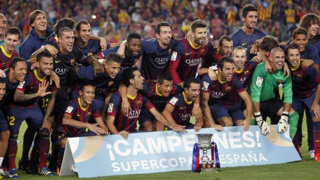 La plantilla del FC Barcelona celebra la Supercopa de España conseguida ante el Atlético de Madrid.