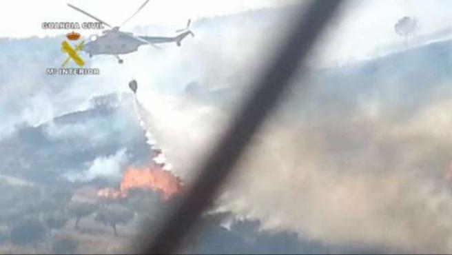 Hidroavión apagando un incendio