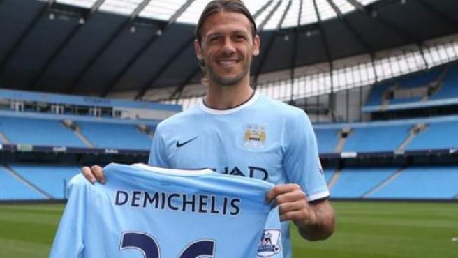 Martín Demichelis posa con la camiseta del Manchester City.
