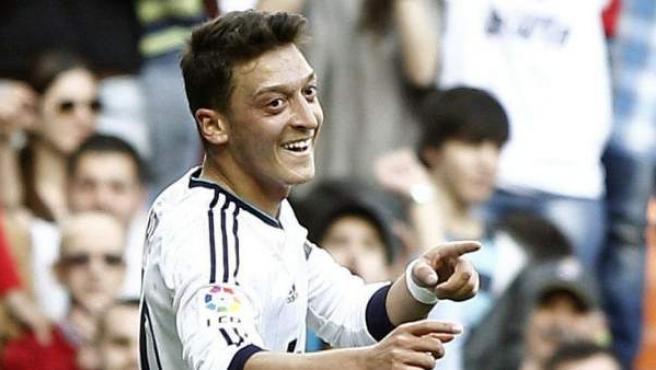 Mesut Özil celebra un gol ante el Betis.
