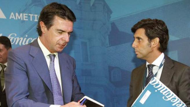 El ministro de Industria, Energía y Turismo, José Manuel Soria (i) conversa con el consejero delegado de Telefónica, José María Álvarez- Pallete (d), durante el encuentro.