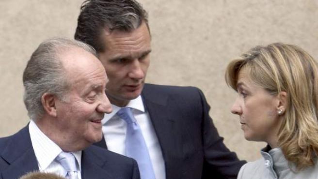 Iñaki Urdangarin conversa con su mujer, la infanta Cristina, y el rey.