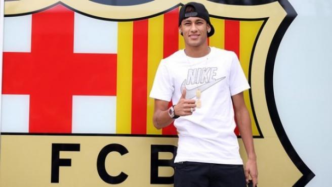 Neymar, con el escudo del Barça.