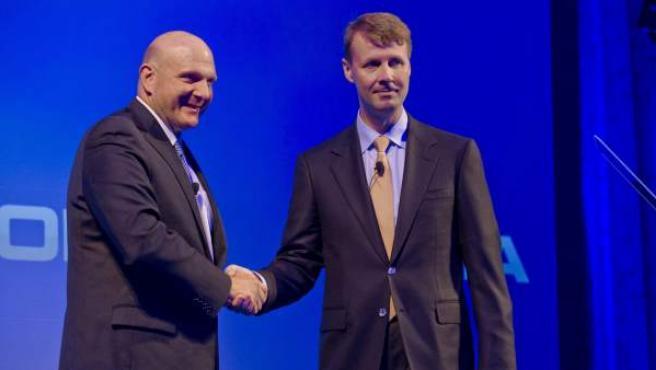 El consejero delegado de Microsoft, Steve Ballmer (izq), estrecha la mano al presidente y consejero delegado interino de Nokia, Risto Siilasmaa.