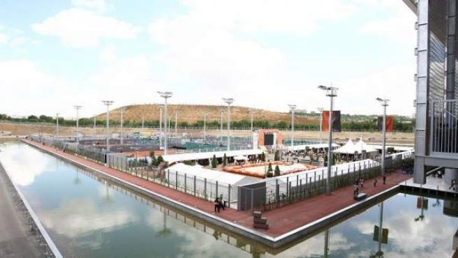 La Caja Mágica es un complejo deportivo situado en el Barrio de San Fermín, Madrid, a orillas del río Manzanares. Fue presentada como la infraestructura estrella de las candidaturas de Madrid a los Juegos Olímpicos de 2012 y a los de 2016 y es una de las instalaciones ya construidas para Madrid 2020.