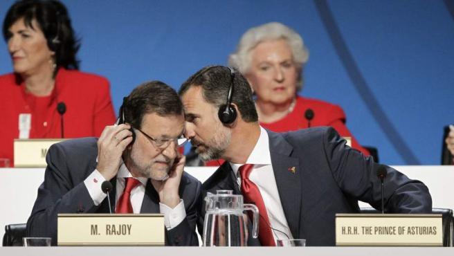 El presidente del Gobierno, Mariano Rajoy (i), y el Príncipe de Asturias, Felipe de Borbón, en la 125 sesión del Comité Olímpico Internacional (COI), este sábado en Buenos Aires (Argentina).