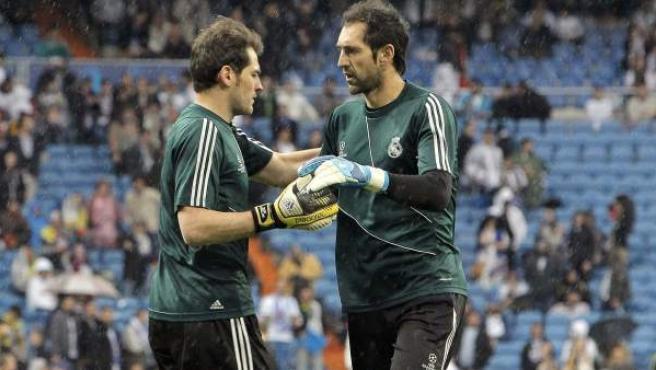 Casillas y Diego López, porteros del Real Madrid, calentando antes del partido ante el Dortmund.