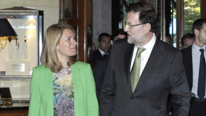 El jefe del Ejecutivo, Mariano Rajoy (d), con la presidenta del PP del País Vasco, Arantza Quiroga (d), en la conferencia en el Fórum Europa.