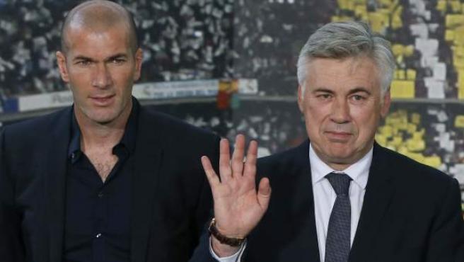 Carlo Ancelotti y Zinedine Zidane en la rueda de presentación del entrenador italiano.
